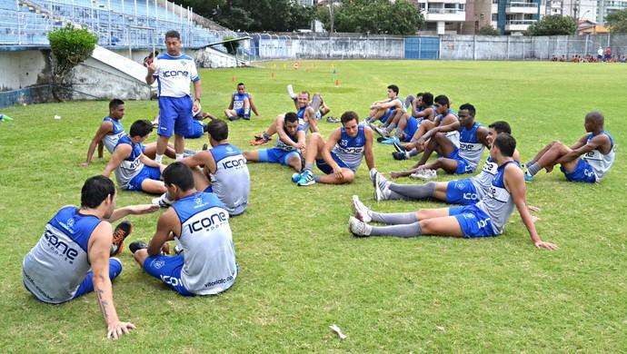 Jogadores do Vitória-ES ouvem atentos as orientações do técnico Emerson Silva (Foto: Richard Pinheiro/Globoesporte.com)