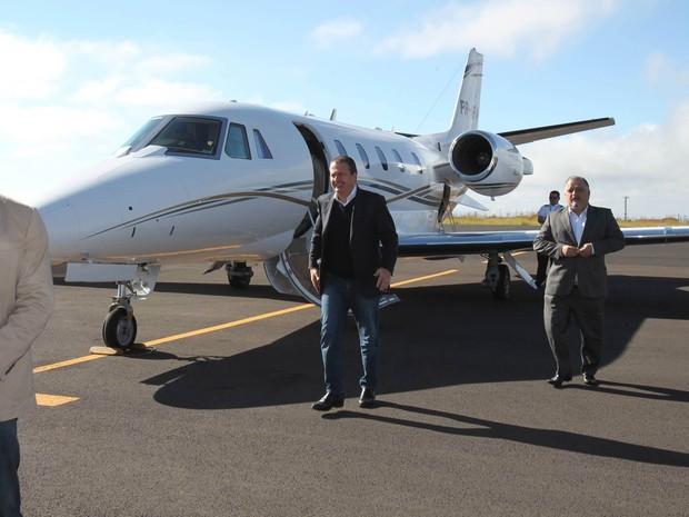 Eduardo Campos sai do jato modelo Cessna 560XL, prefixo PR-AFA, usado nas viagens para compromissos de campanha do candidato à Presidência. A foto é de 29 de maio de 2014 (Foto: Edson Silva /Folhapress/Arquivo)