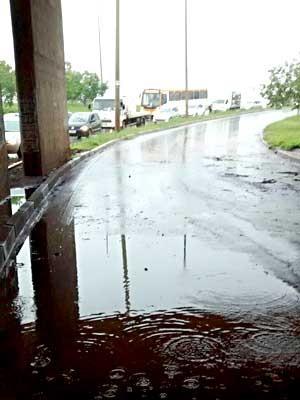 Viaduto do Guará I, no DF, fechado após alagamento (Foto: Corpo de Bombeiros-DF/Divulgação)
