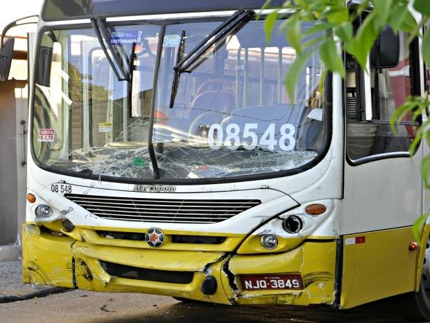 Ônibus que se envolveu em acidente em Cuiabá (Foto: Leandro J.Nascimento/G1)