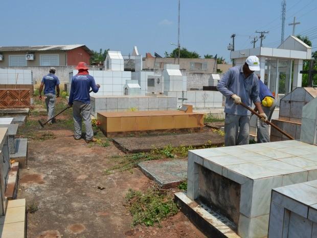 Estão sendo feitos pela Prefeitura os serviços de limpeza dentro e fora dos cemitérios. (Foto: Magda Oliveira)