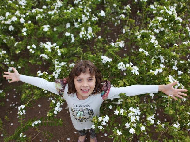 Assim como a personagem, a atriz conta que adora flores (Foto: Meu Pedacinho de Chão/TV Globo)