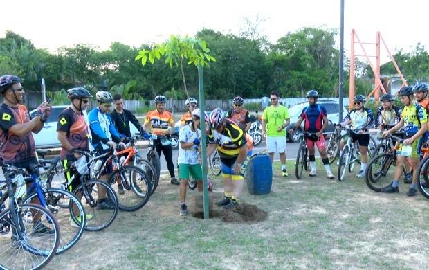 Ciclistas do clube Acre Bikers plantaram quatro mudas de mógno no Parque da Maternidade (Foto: Acre TV)