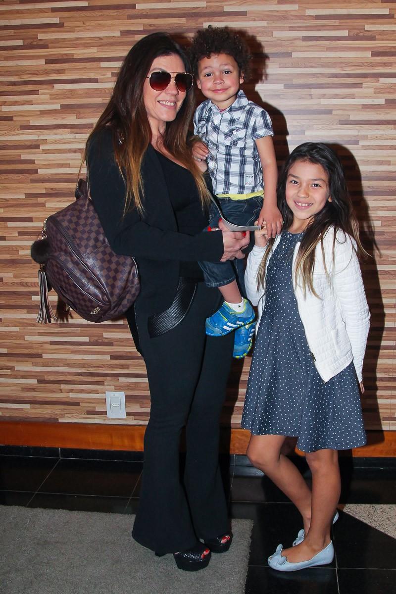 Simony e os filhos Anthony e Pyetra (Foto: Manuela Scarpa/Brazil News)