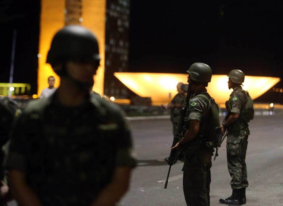 Militares ocupam a Esplanada dos Ministérios após decreto de Temer para garantir a ordem (Foto: Nilton Fukuda/Estadão Conteúdo)