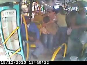 Passageiros no momento da ação dos bandidos.  (Foto: Imagens do circuito interno)