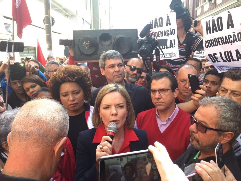 Gleisi Hoffmann fala durante coletiva do ex-presidente Lula (Foto: Will Soares/G1)