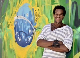 Vinícius Romão posa na Lapa, Rio (Foto: Roberto Teixeira/EGO)