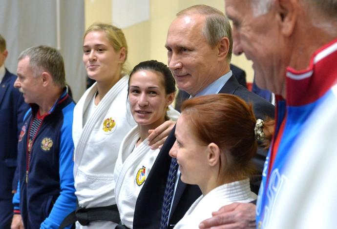 Vladimir Putin em encontro com atletas russos em Sochi (Foto: AP)