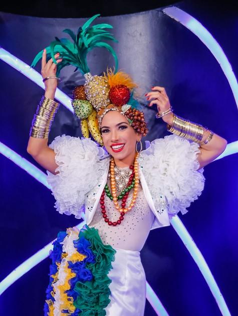 Patrícia Abravanel posa vestida de Carmem Miranda (Foto: Artur Igrecias)
