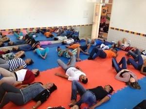 Prática de terapia para redução de estresse em centro de saúde do DF (Foto: Secretaria de Saúde/Divulgação)