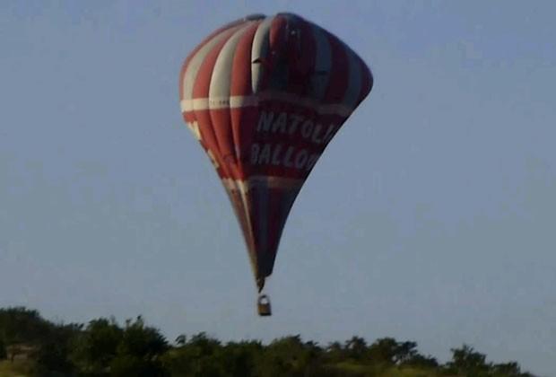 Imagem fornecida por Wayne Ross mostra o balão da agência Anatolian Balloons que caiu na Capadócia nesta segunda, causando duas mortes.  (Foto: AP Photo/E. Wayne Ross)