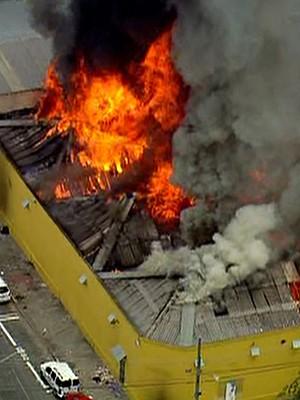 Incêndio atinge galpão no Centro de SP; Bombeiros estão no local (Reprodução/TV Globo)