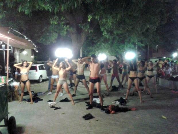 Alunos fazem performance nus no meio de universidade (Foto: Eduardo Brasileiro/ Acervo Pessoal)