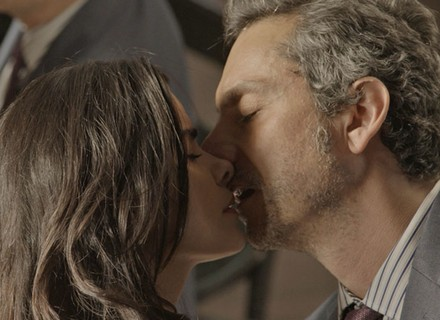 Romero beija Tóia e a pede em namoro: 'Eu te amo'