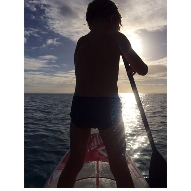 Filho de Angélica e Luciano Huck pratica stand up paddle (Foto: Instagram/ Reprodução)