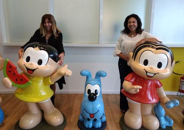 Magali e Mônica com os bonecos das personagens inspiradas nelas (Foto: Marina Bonini)