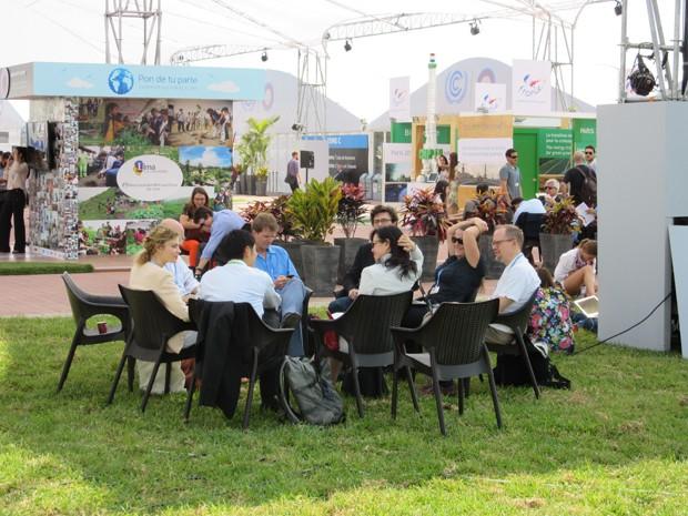 Reuniões com integrantes de ONGs e até diplomatas acontecem também em ambientes abertos dentro do espaço da conferência, em Lima (Foto: Eduardo Carvalho/G1)