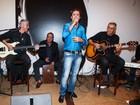 Tom Cavalcante canta em evento e Galvão Bueno fica na percussão