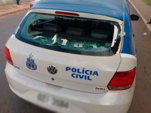 Viatura da Polícia Civil foi atingida por disparos durante confronto em Barreiras (Foto: Jadiel Luiz/Blog do Sigi Vilares)