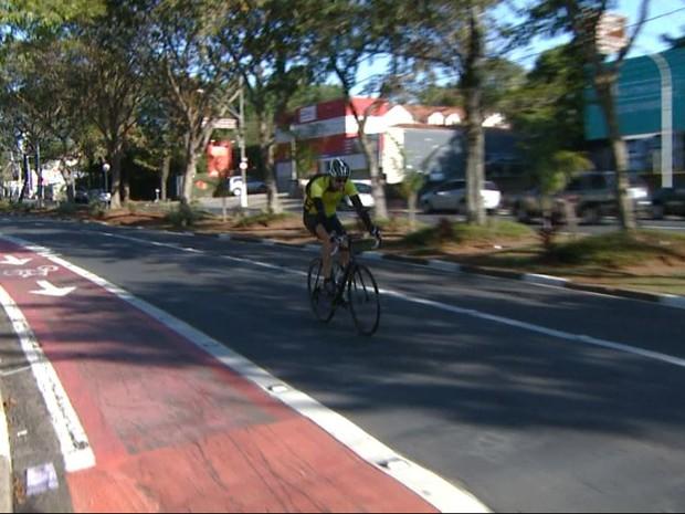 Ciclista utiliza via de carros para trafegar em Campinas (SP) (Foto: Reprodução/ EPTV)