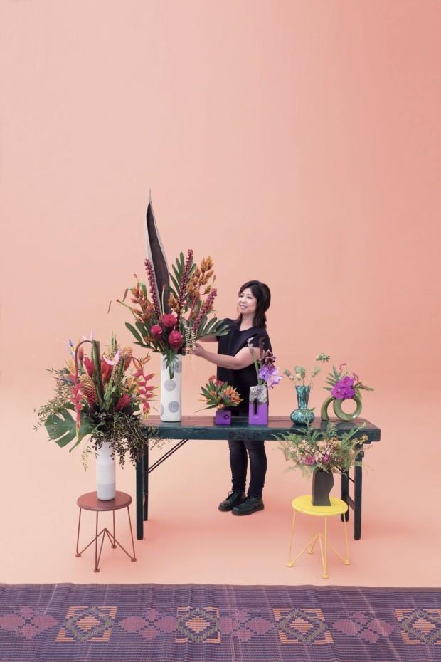 A florista Aline Matsumoto, atuante desde 2003, faz tudo sob encomenda. O forte efeito gráfico de suas composições tem um porquê, ela escolhe cuidadosamente cada flor e a posiciona de modo a destacar seu melhor ângulo. Aqui, utiliza: Helicônia, bromélia,  (Foto: Filippo Bambergh/Arquivo Casa Vogue)