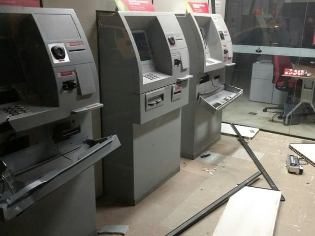 Criminosos explodiram caixas eletrônicos do banco Santander (Foto: Rodrigo Big/Vanguarda Repórter)