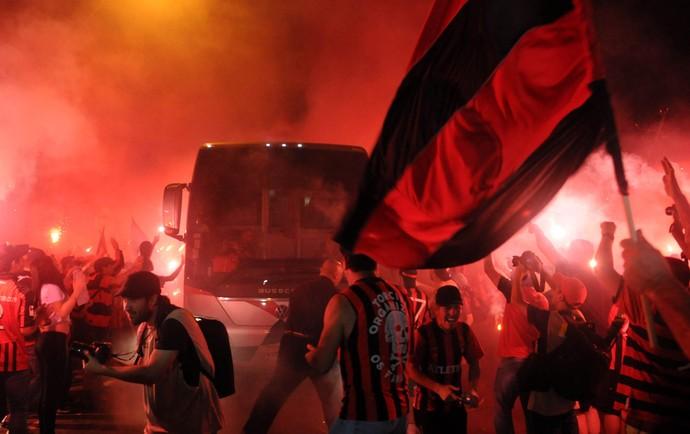 Atlético-PR chegada ônibus (Foto: André Durão / Globoesporte.com)
