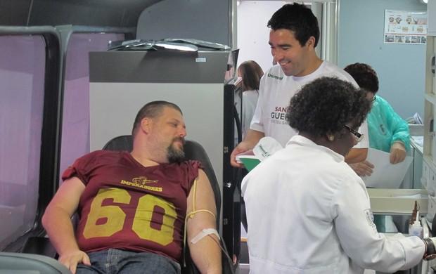 deco Fluminense doação de sangue (Foto: Rafael Cavalieri/Globoesporte.com)