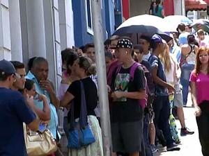 Consumidores aguardam na fila para tentar realizar a transferência (Foto: Reprodução/EPTV)