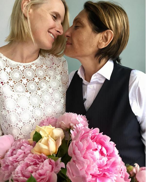 A escritora Elizabeth Gilbert em foto de seu casamento com Rayya Elias (Foto: Instagram)