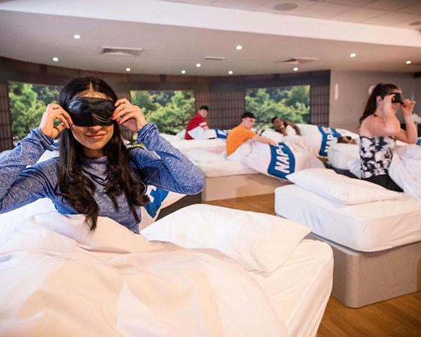 Alunos da academia David Lloyd Club dormindo durante a aula de cochilo (Foto: Divulgação)