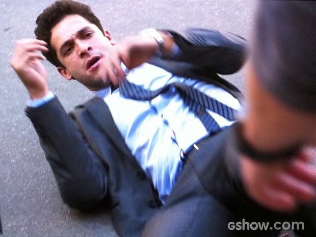 Rafael cai no chão após ser empurrado por Daniel (Foto: Amor à Vida/TV Globo)