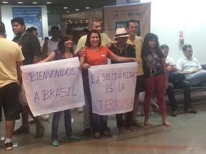 Grupo dá as boas-vindas a médicos cubanos em Brasília (Foto: Alexandro Martello/G1)