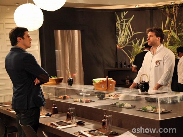 Niko recebe Félix com frieza (Foto: Carol Caminha/TV Globo)