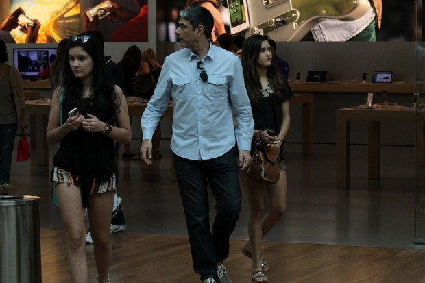 William Bonner e filha em shopping (Foto: Johnson Parraguez / FotoRioNews)