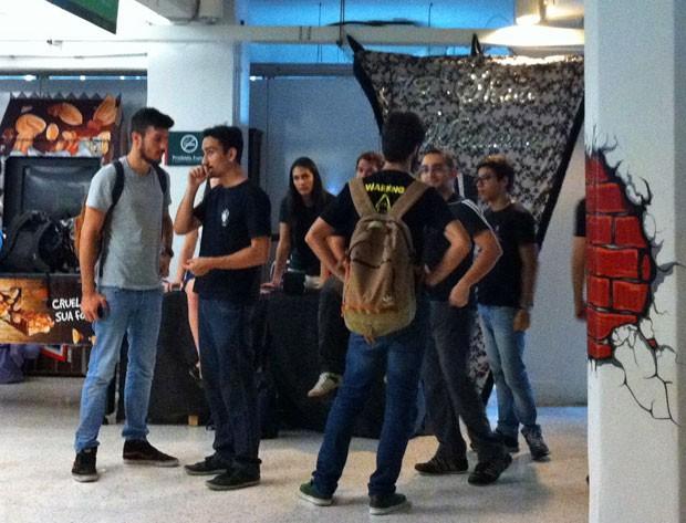 Membros do Show Medicina exibiram a flâmula da edição de 2014 do evento, mas ainda não sabem se poderão voltar a encenar o show na FMUSP (Foto: Ana Carolina Moreno/G1)