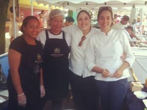 As chefs Ilca do Carmo e Solange Sabóia, com mais duas ajudantes, comemoram o sucesso no evento (Foto: Arquivo pessoal)