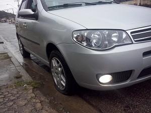 Carro do internauta ficou com o pneu furado após cair no buraco (Foto: Eder Rocha Rodrigues/VC no G1)