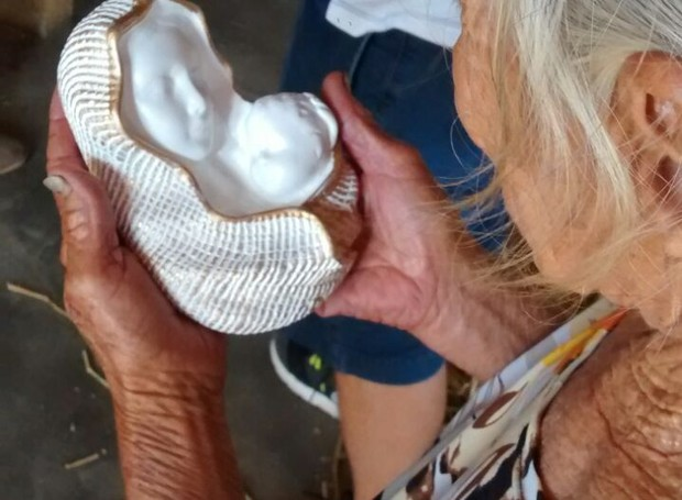 Moradora recebe imagem de Nossa Senhora em visita da 'Caravana Feliz' (Foto: Lamonier Araújo/ Inter TV Cabugi)