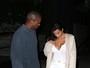 Kanye West confere decote de Kim Kardashian após jantar em Nova York