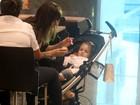 Babi Xavier passeia com a filha em shopping
