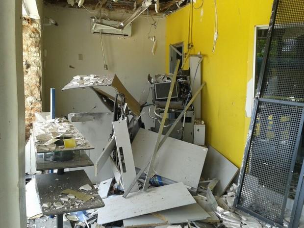 Destroços dos caixas eletrônicos destruídos após explosão de agência bancária em Brejinho de Nazaré (Foto: Adriano Fonseca/TV Anhanguera)