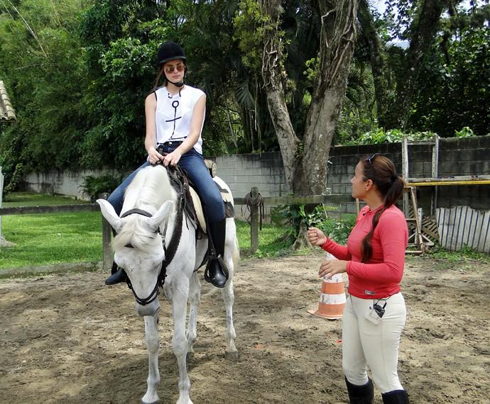 Camila Queiroz ouve a instrutora de equitação, Taila Lemos (Foto: Fabio Rosso/Gshow)