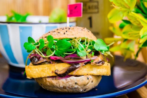 Hambúrguer vegano leva tofu e shitake com um toque de laranja (Foto: Divulgação)