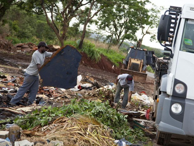 Equipe da Prefeitura de Santa Bárbara d'Oeste faz limpeza de terreno (Foto: Mariana Balam/Prefeitura de Santa Bárbara)
