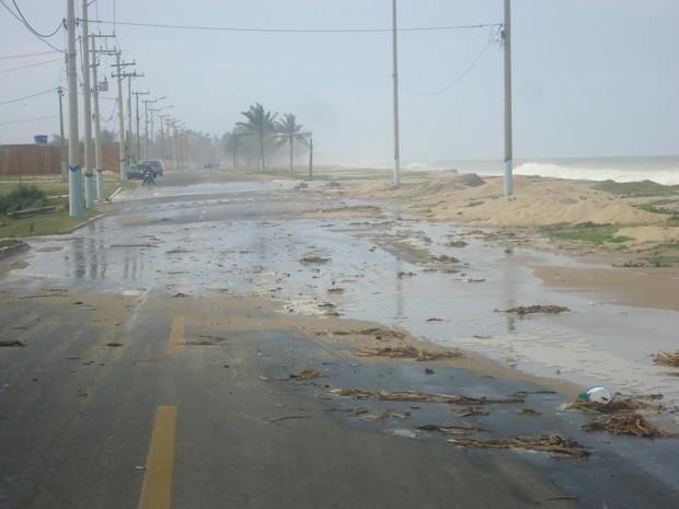 Ressaca invadiu a pista do Lagamar (Foto: Divulgação/Defesa Civil)