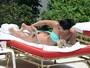 Demi Lovato dá ajeitadinha no biquíni e revela parte do bumbum