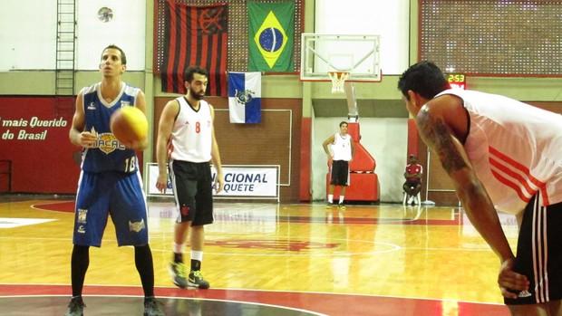 Duda e Marcelinho basquete Flamengo x Macaé (Foto: Fabio Leme)