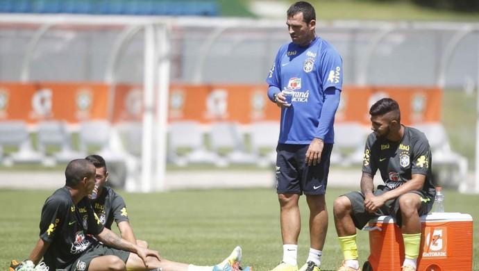 Maurício Copertino (de pé) com os jogadores da Seleção sub-20 (Foto: Divulgação)
